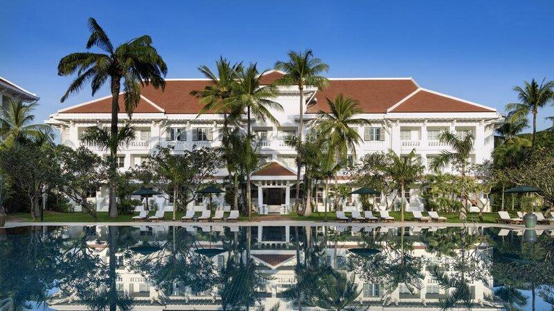 Cambodia-Siem-Reap-The-Raffles-Grand-Hotel-Angkor-hotel-en-zwembad