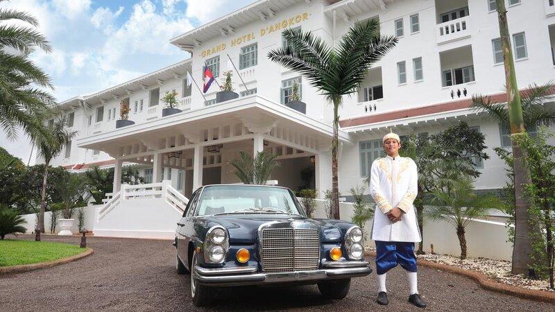 Cambodia-Siem-Reap-The-Raffles-Grand-Hotel-Angkor-hotel-met-oldtimer