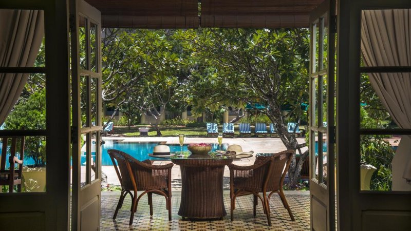 Cambodia-Siem-Reap-The-Raffles-Grand-Hotel-Angkor-hotel-tafel-zwembad
