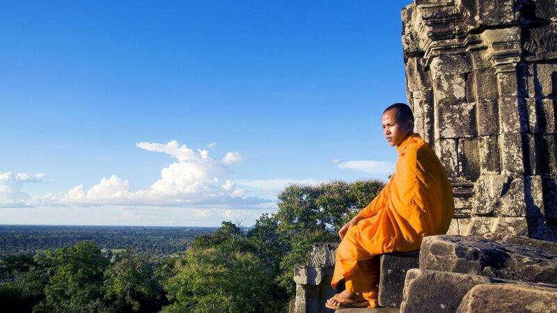 Cambodja-Siem Reap-Angkor Wat monk met uitzicht