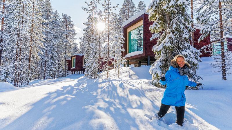 Finland-Lapland-Rovaniemi-Arctic-Treehouse-buitenaanzicht-sneeuw-persoon