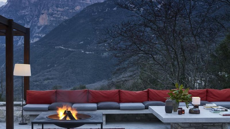 Griekenland-Epirus-Aristi-Mountain-Resort-terras-vuurschaal-zetels