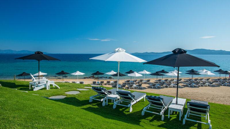 Griekenland-Halkidiki-Avaton-ligbedden-strand-grasJPG