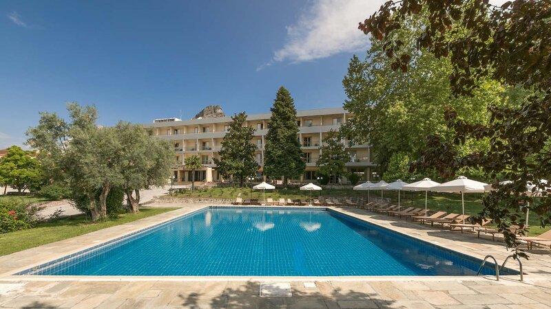 Griekenland-Meteora-Divani-Meteora-Hotel-buiten-zwembad