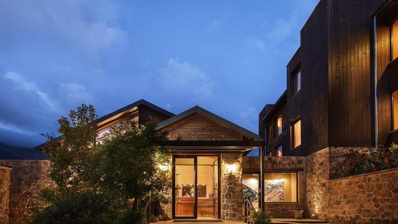 Griekenland-Tzoumerka-Orizontes-Tzoumerkon-hotelgebouw-avond