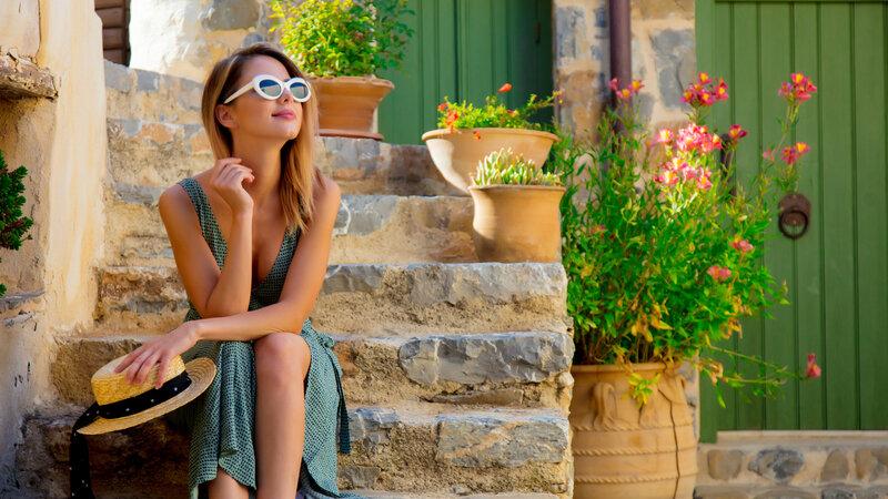 Griekenland-vrouw-zittend-op-trap-authentiek-dorpje