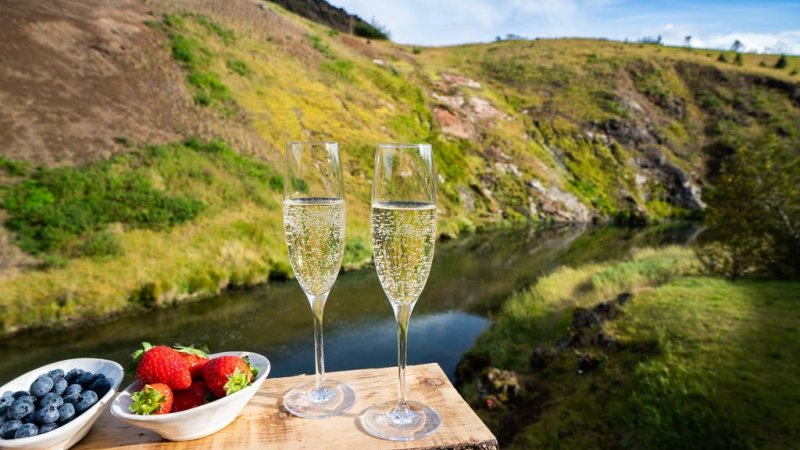 IJsland-Reykjadalur-Frost-and-Fire-Hotel-sfeerfoto-champagne