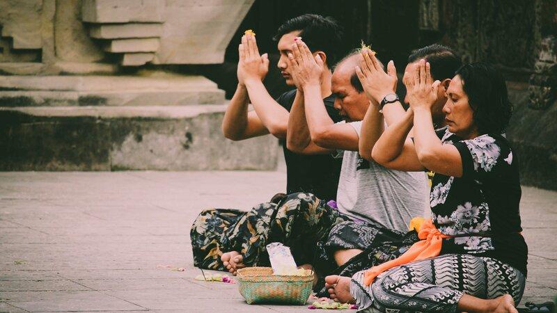 Indonesië-Bali-biddende mensen