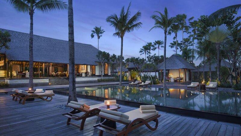 Indonesië-Bali-Seminyak-The-Legian-avond-zwembad