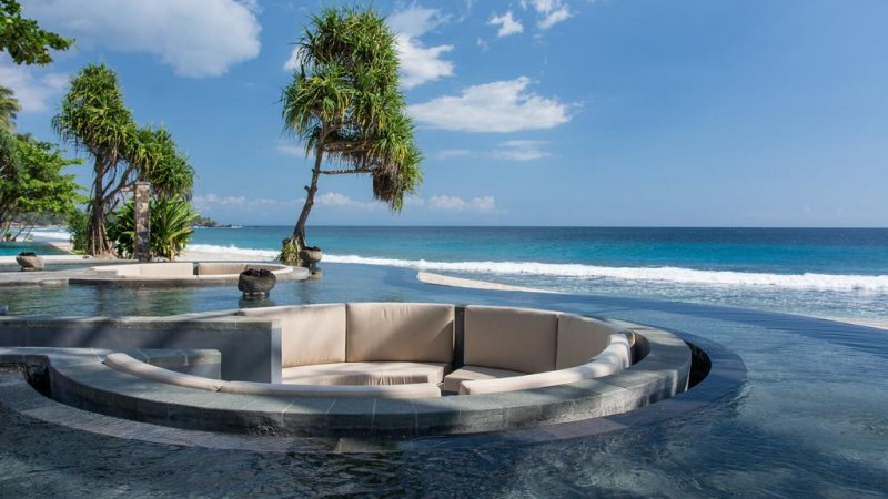 Indonesie-Senggigi-Katamaran-Resort-zithoek-zwembad