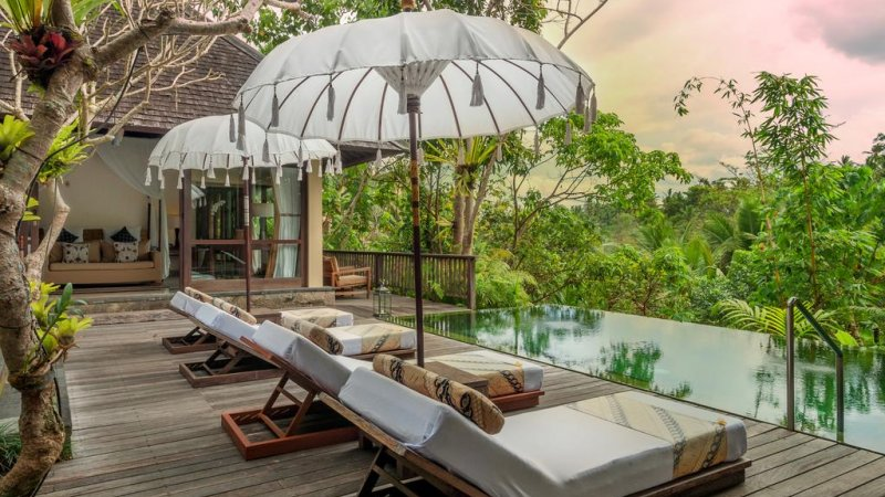Indonesië-Ubud-Komaneka-Bisma-ligbedden-zwembad