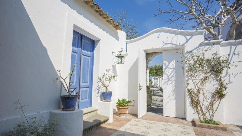 Ischia-Tenuta-Del-Poggio-Antico-patio