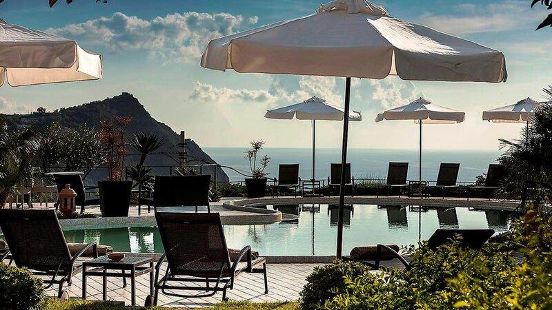 Ischia-Tenuta-Del-Poggio-Antico-zwembad-parasaol
