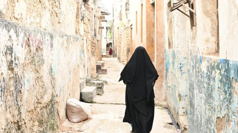 Kenia-Lamu-vrouw straatbeeld
