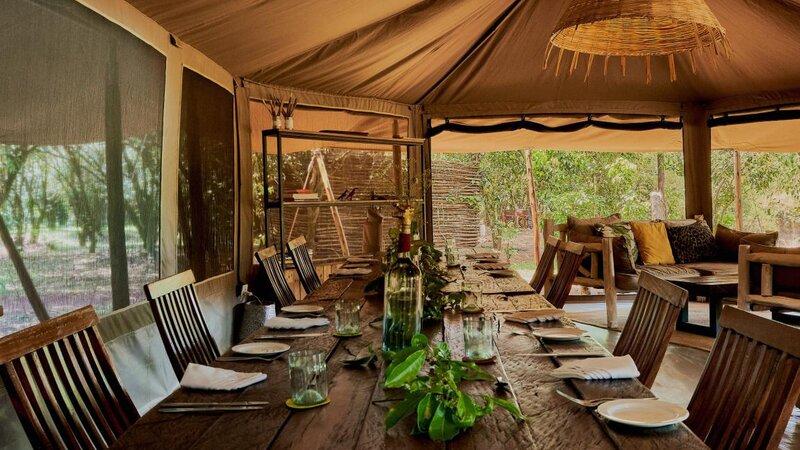 Kenia-Masai Mara-Emboo River Camp-lounge gedekte tafel-min