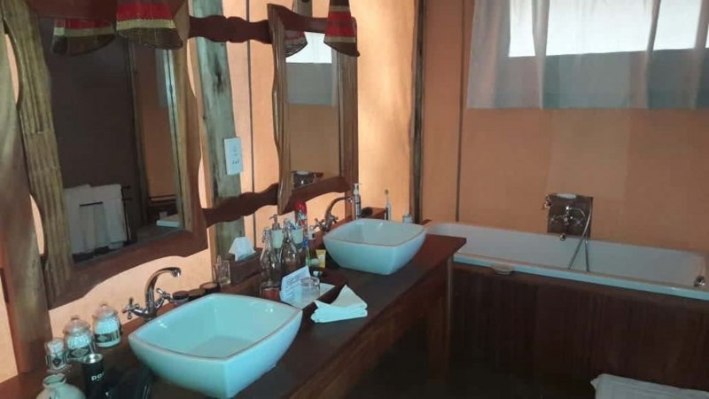Kenia-Samburu Game Reserve-Elephant Bedroom Camp-badkamer