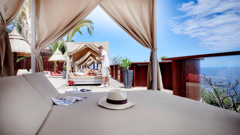 La-Reunion-zuiden-Palm-Hotel-and-Spa-kah-beach-zonnebedden