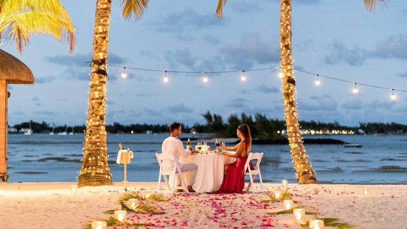Mauritius-oosten-Shangri-la-le-touessrok-koppel-romantisch-diner-strand