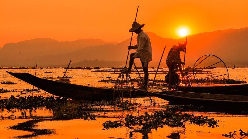 Myanmar-Inle meer-hoogtepunt-bij zonsondergang