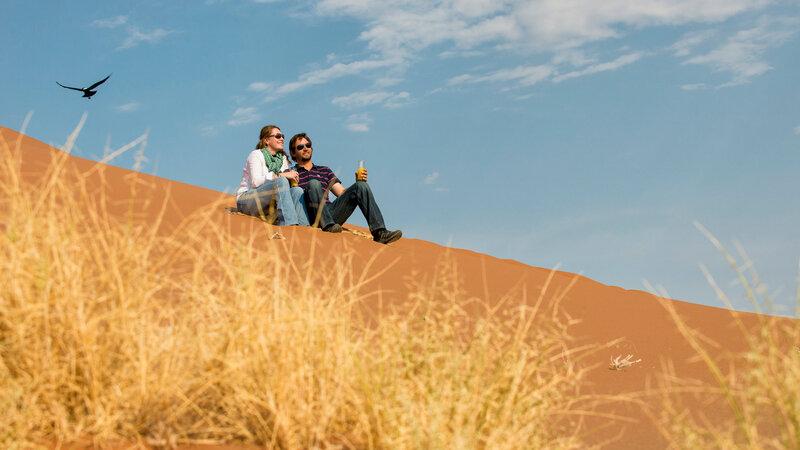 Namibië-algemeen-koppel op duin romantisch