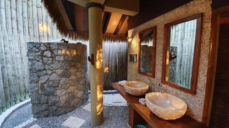 Seychellen-La-Digue-Domaine-de-l'Organeraie-Villa-de-Charme-openlucht-badkamer