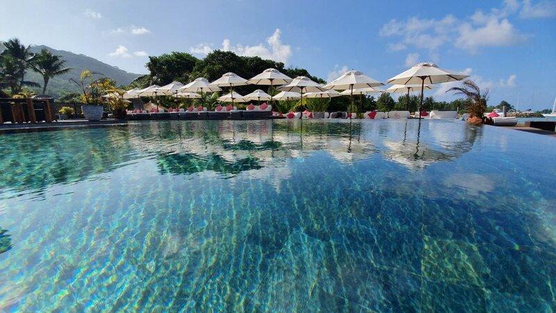 Seychellen-La-Digue-Domaine-de-l'Organeraie-zwembad-en-poolbar