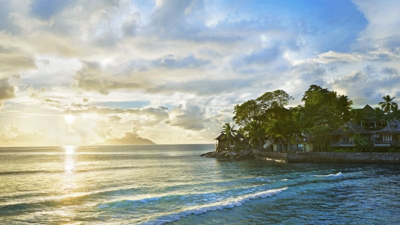 Seychellen-Mahe-Hilton-Northolme-Resort-&-Spa-uitzicht-zee-zonsondergang