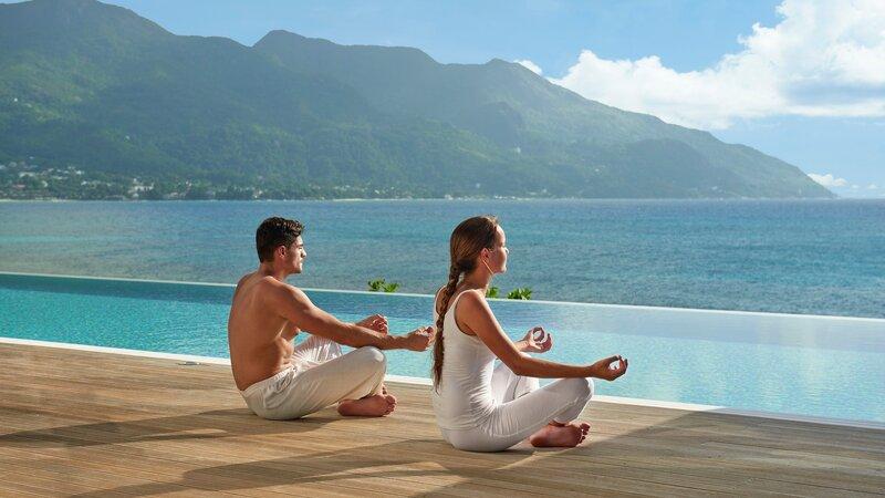 Seychellen-Mahe-Hilton-Northolme-Resort-&-Spa-yoga-koppel-zwembad