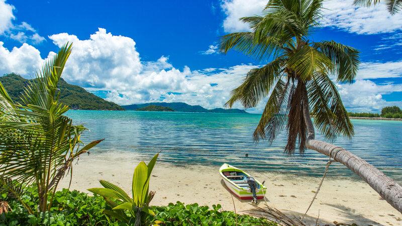 Seychellen-Praslin-strand-met-bootje