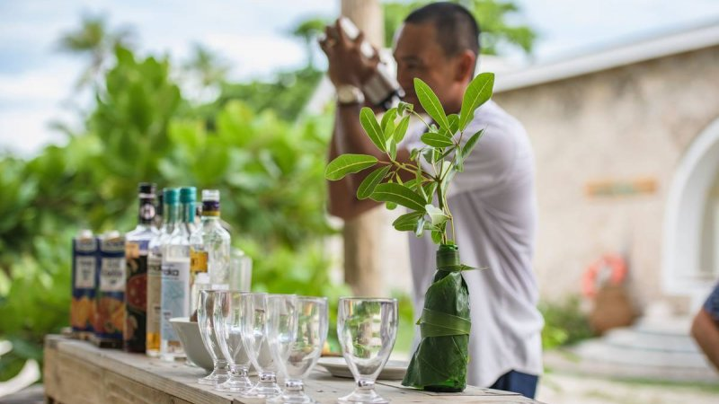 Seychellen-Private-Eilanden-Astove-Coral-House-barman-cocktails