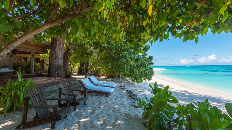 Seychellen-Private-Eilanden-Denis-Private-Island-beach-villa-strand-ligbedden