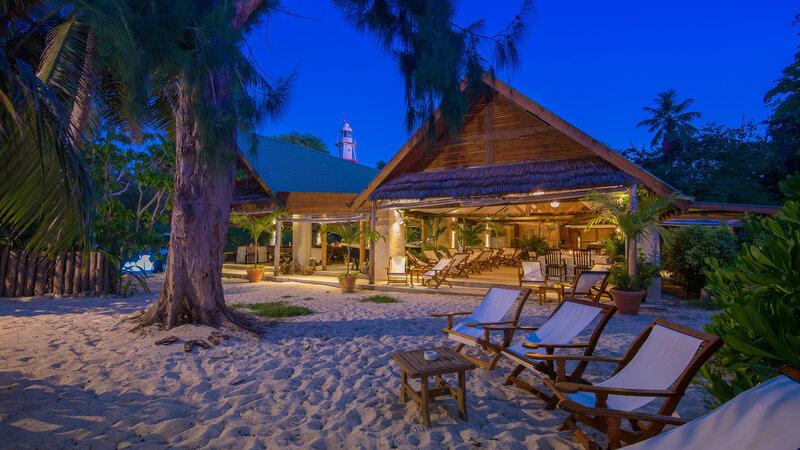 Seychellen-Private-Eilanden-Denis-Private-Island-Creole-hut-exterieur-avond