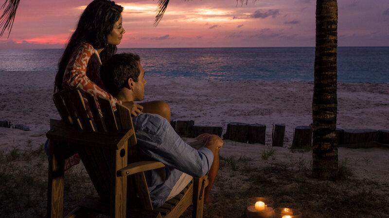 Seychellen-Private-Eilanden-Denis-Private-Island-koppel-zonsondergang-strand