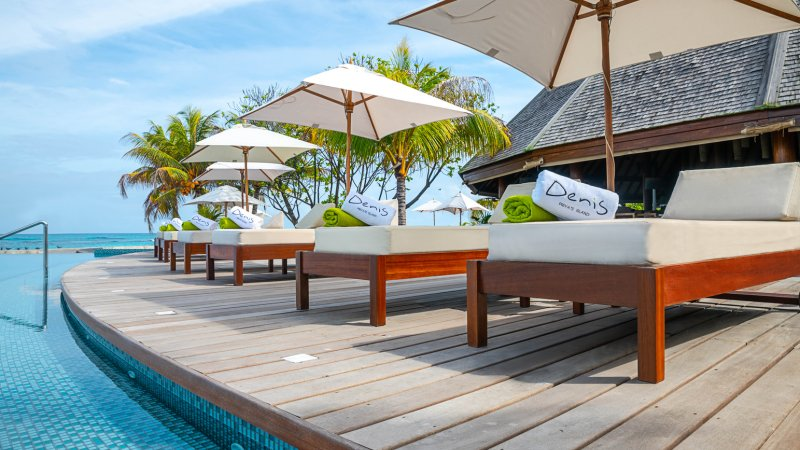 Seychellen-Private-Eilanden-Denis-Private-Island-ligbedden-zwembad