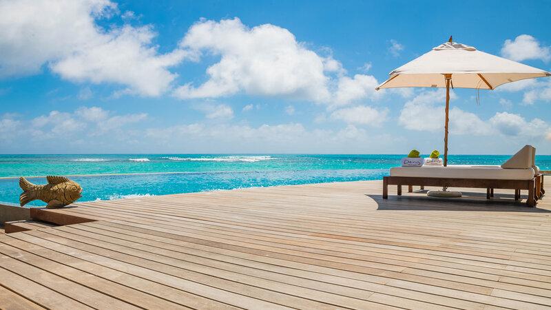 Seychellen-Private-Eilanden-Denis-Private-Island-sfeerbeeld-deck-ligbedden