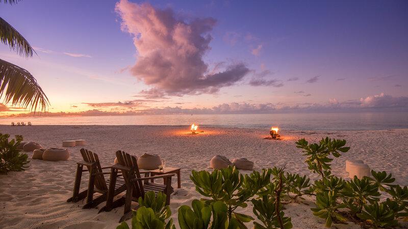 Seychellen-Private-Eilanden-Denis-Private-Island-zonsondergang-kampvuur-strand