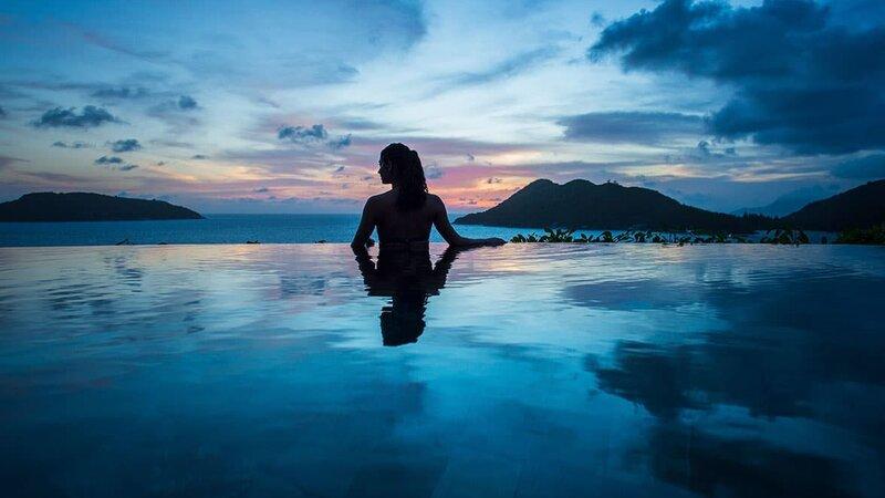 Seychelles-Mahé-Constance Ephelia Resort-zwembad-zonsondergang-vrouw