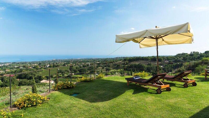 Sicilie-Oost-Sicilie-Monaci-delle-Terre-Nere-ligbedden-tuin