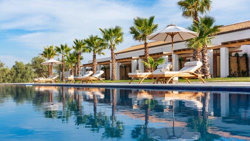 Sicilie-Zuidoost-Sicilie-Il-San-Corrado-di-Noto-zwembad-met-ligbedden