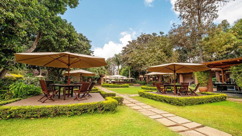 Tanzania-Arusha-Coffee-lodge-tuin-tafels