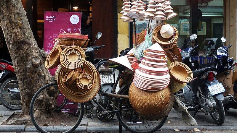 Vietnam-Hanoi-straatbeeld mandenverkoper