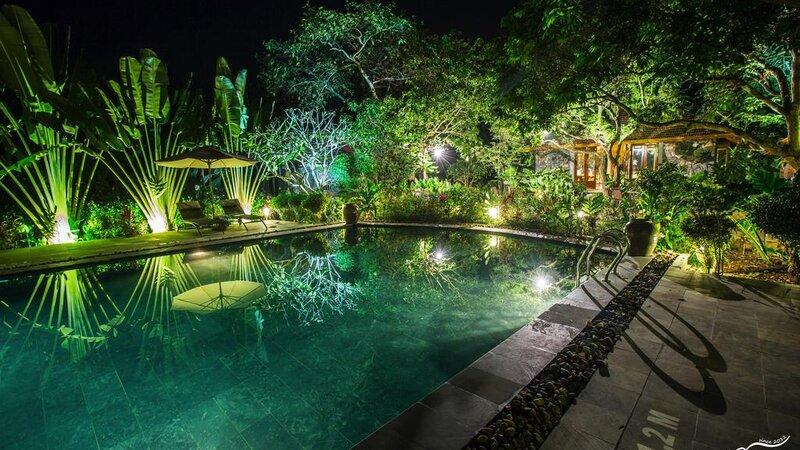 Vietnam-Ninh-Binh-Tam-Coc-Garden-Resort-zwembad-avond-sfeerbeeld