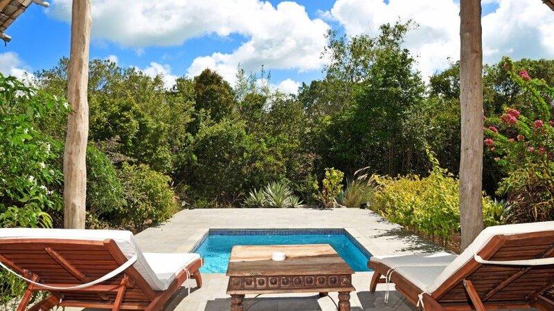 Zanzibar-Konoko-Beach-Resort-pool-villa-ligbedden