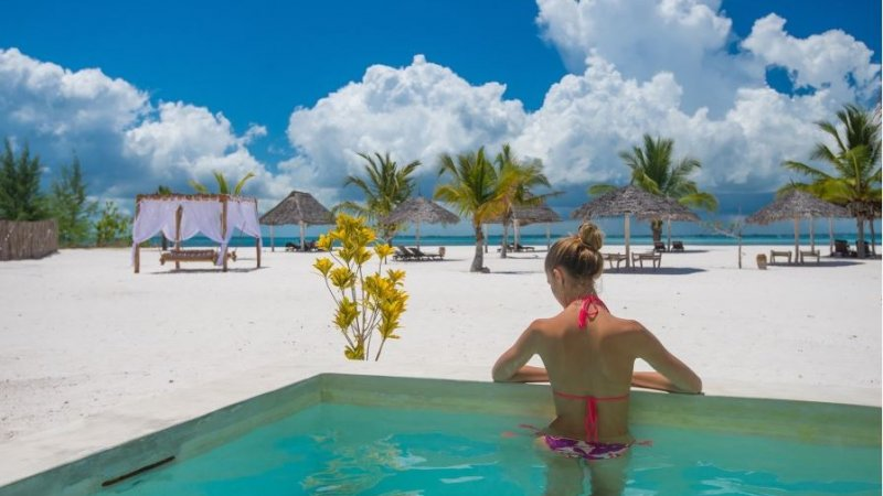 Zanzibar-Konoko-Beach-Resort-vrouw-zwembad-strand