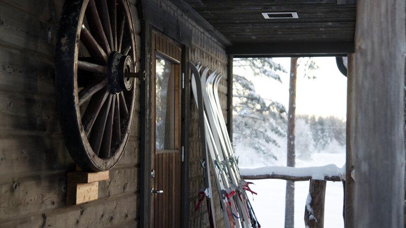 Zweden-Lapland-Gunnarsbyn-Arctic-Retreat-sfeerfoto-cabin-ski