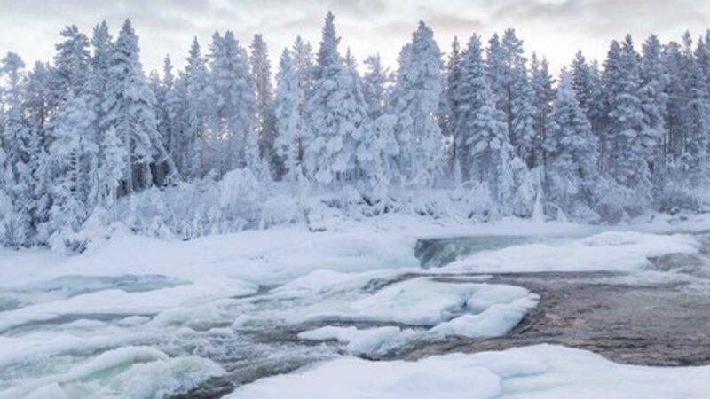 Zweden-Lapland-Harads-Loggers-Lodge-omgeving-bevroren-rivier