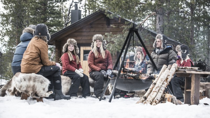 Zweden-Lapland-Kiruna-Fjellborg-Arctic-Lodge-familie-kampvuur