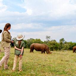 Amazing-family-safari-mama-met-kindjes-neushoorn