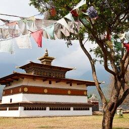 Bhutan-algemeen-tempel en vlagjes