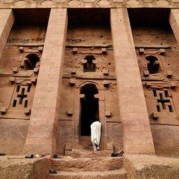 Ethiopië-Lalibela-man bij rotskerk